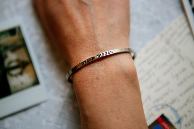 Hand mit armband
