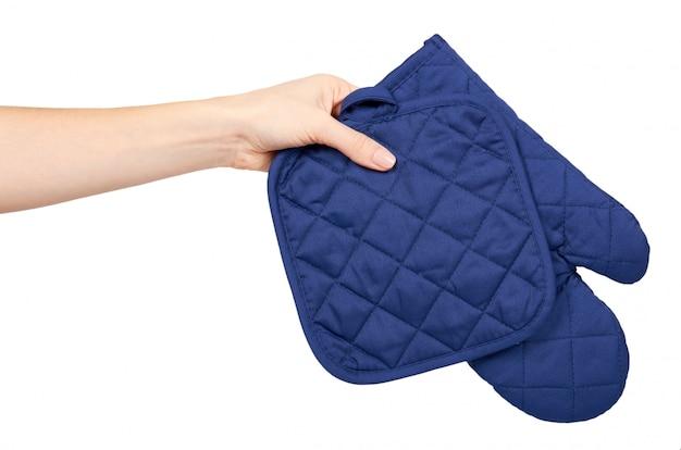 Hand mit blauem küchenhandschuh, hitzeschutz und sicherheit.