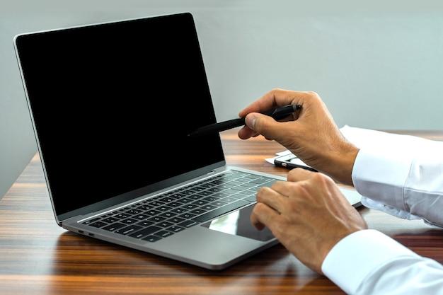 Hand mit computer-notebook-arbeitsgeschäft auf internet-technologie