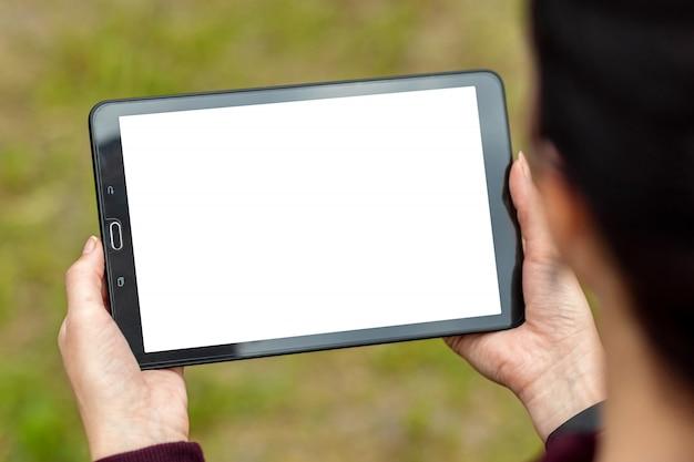 Hand mit darauf liegendem tablett, nahaufnahme der kartentasche, modell des weißen bildschirms, layout.