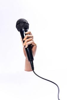 Hand mit dem mikrofon lokalisiert auf weißem hintergrund
