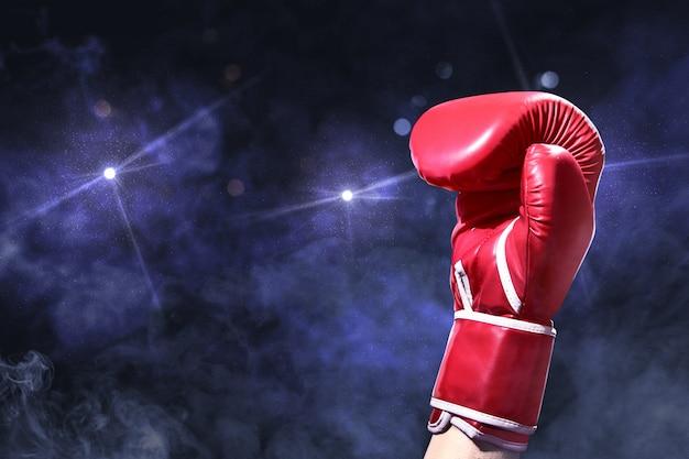Hand mit den roten boxhandschuhen angehoben