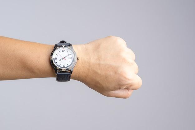 Hand mit der alten und rostigen armbanduhr, die zeit über acht uhr zeigt