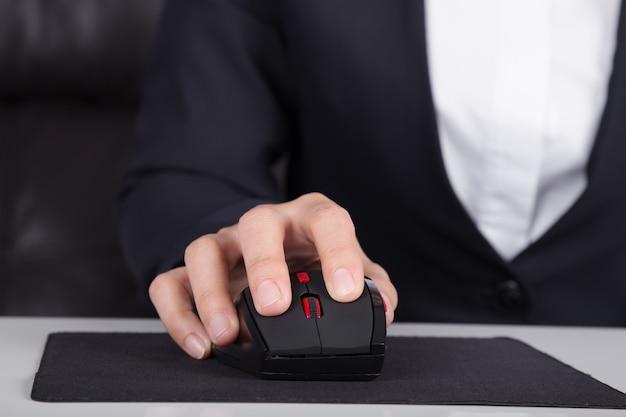 Hand mit der maus des computers arbeiten