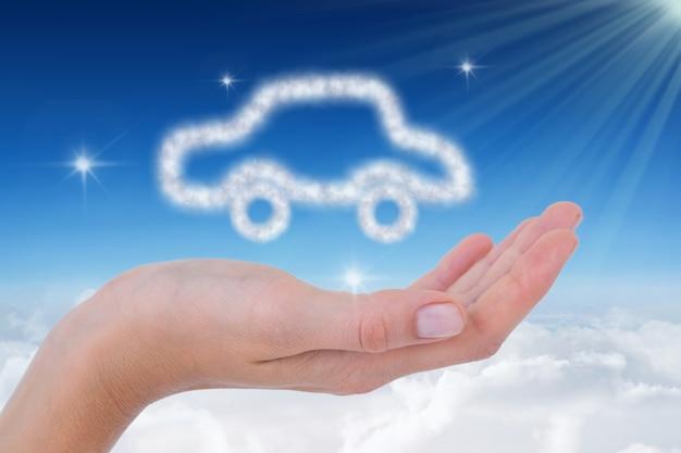 Hand mit einem auto von cloud gemacht