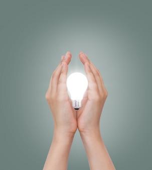 Hand mit einer glühbirne