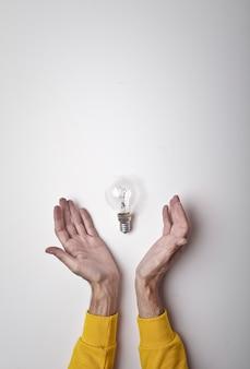Hand mit einer glühlampe mit copyspace
