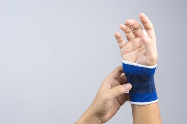 Hand mit elastischer handgelenkunterstützung und verletzungsgeste