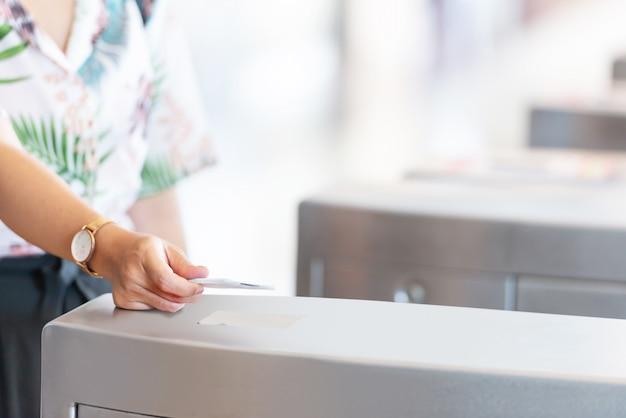 Hand mit elektronischem kartenschlüssel für den zugang zum drehkreuz
