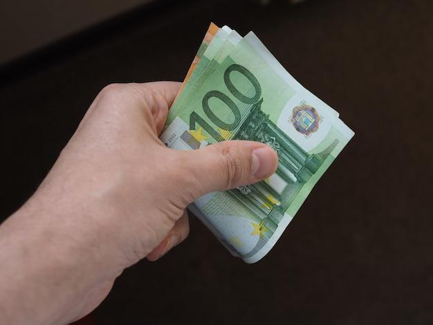 Hand mit euro-banknoten, europäische union
