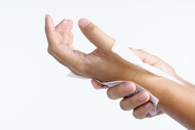 Hand mit feuchten tüchern