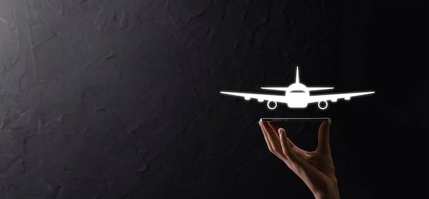 Hand mit flugzeug flugzeugsymbol auf blauem hintergrund. banner.nline-ticketkauf.travel-symbole über