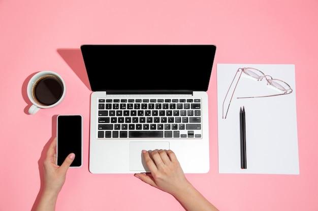 Hand mit gadgets, gerät in draufsicht, leerer bildschirm mit kopienraum, minimalistischer stil