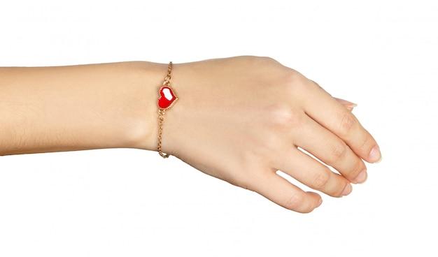 Hand mit goldenen armbändern mit rotem herzen