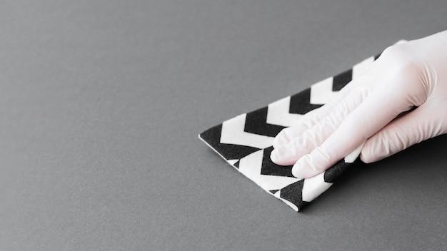 Hand mit handschuh desinfektionsfläche mit kopierraum Premium Fotos