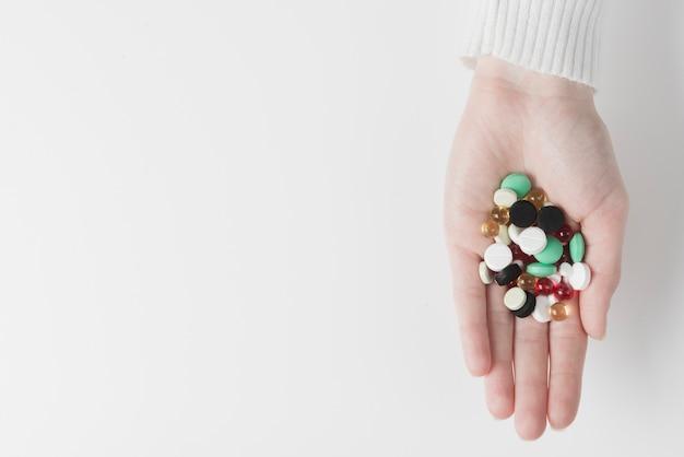 Hand mit haufen von drogen