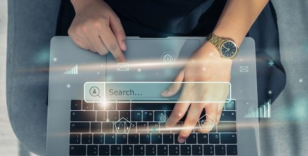 Hand mit laptop und bildschirm drücken, um online im internet zu surfen.