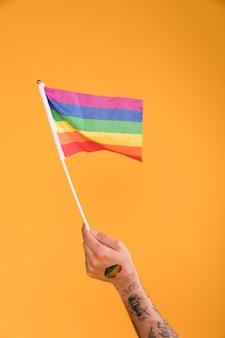 Hand mit lgbt-flagge winken