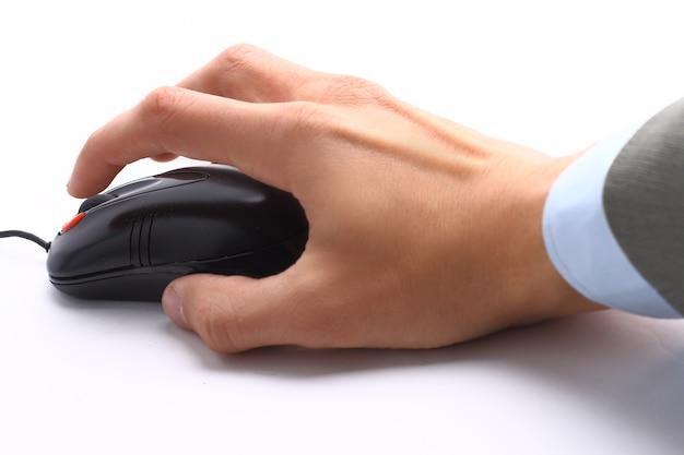 Hand mit maus am schreibtisch