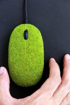 Hand mit öko-computermaus