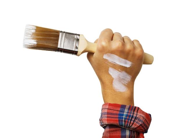 Hand mit pinsel in weißer farbe isoliert auf weißer oberfläche