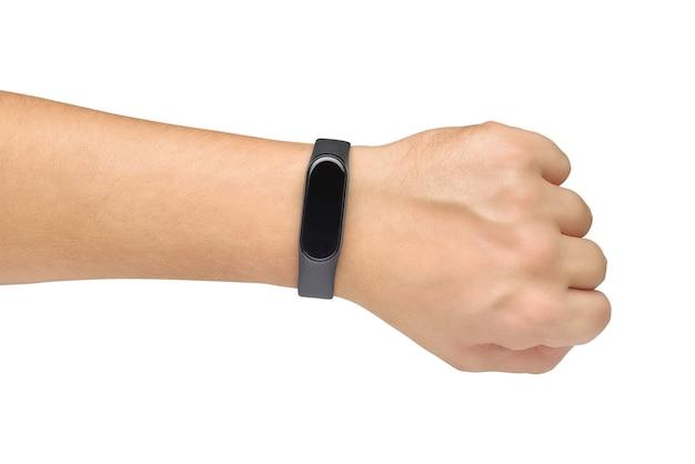 Hand mit schwarzem gummi-fitness- oder aktivitäts-tracker-armband darauf isoliert auf weißem hintergrund
