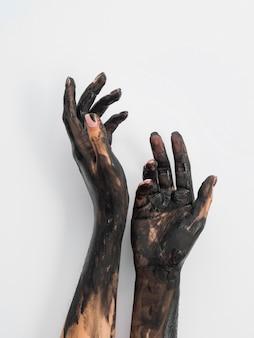 Hand mit schwarzer farbe bedeckt