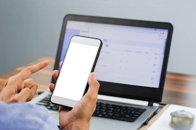 Hand mit smartphone e-mail lesen
