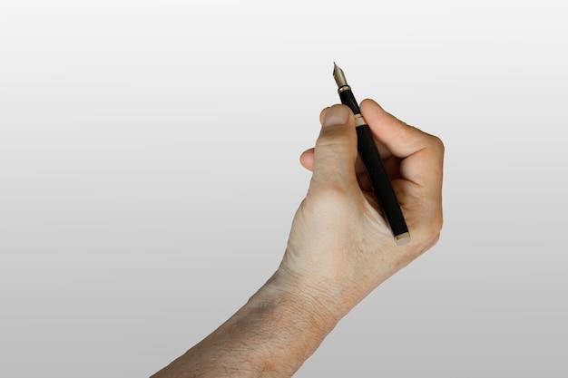 Hand mit stift auf neutralem weißem hintergrund. isoliert.