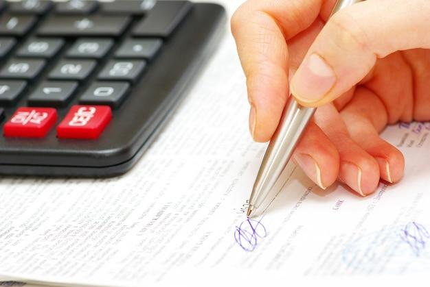 Hand mit stift zum schreiben bereit