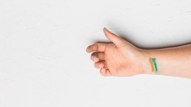 Hand mit streifen in lgbt-farben