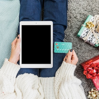 Hand mit tablette und kreditkarte