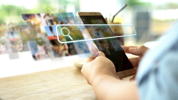 Hand mit telefon mit suchleiste auf dem bildschirm. datennetzwerkkonzept