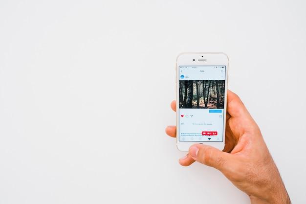 Hand mit telefon und instagram