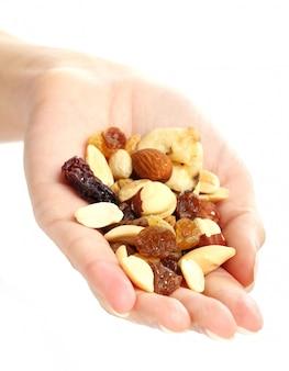 Hand mit verschiedenen getrockneten früchten