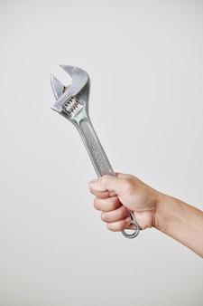 Hand mit verstellbarem schraubenschlüssel