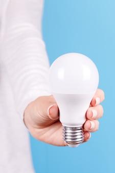 Hand mit weißer led-glühbirne isoliert