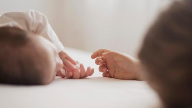 Hand nähert sich dem kleinen baby