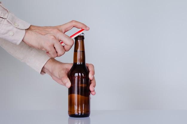 Hand öffnet eine flasche bier