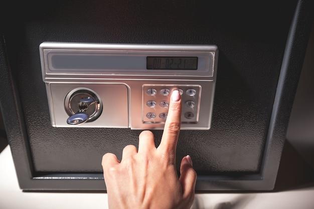Hand öffnete einen safe, nahes hohes