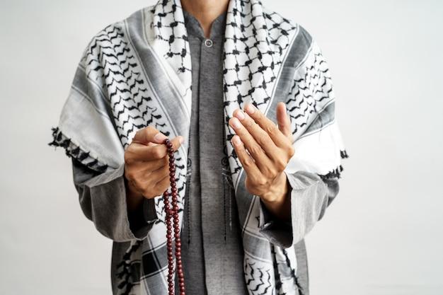 Hand offener arm beim beten in der islamischen kultur