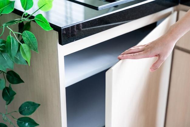 Hand offener küchenschrank