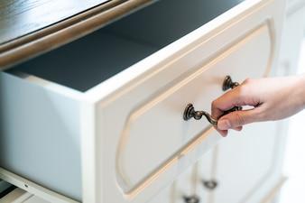 Hand Pull Öffnen Sie weiße Holzschublade