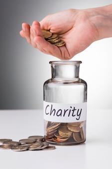 Hand setzen münzen für die wirtschaft
