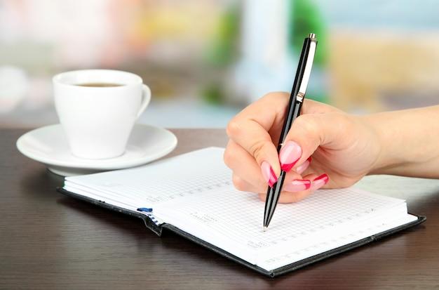 Hand signieren im notizbuch