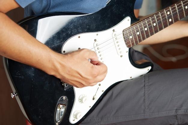 Hand spielt e-gitarre