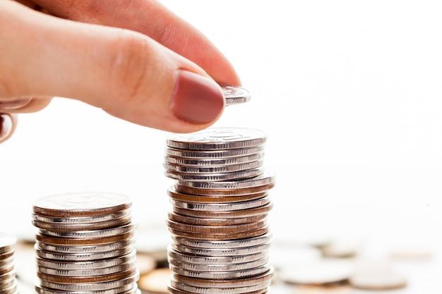 Hand steckte münze zum geld treppenhaus