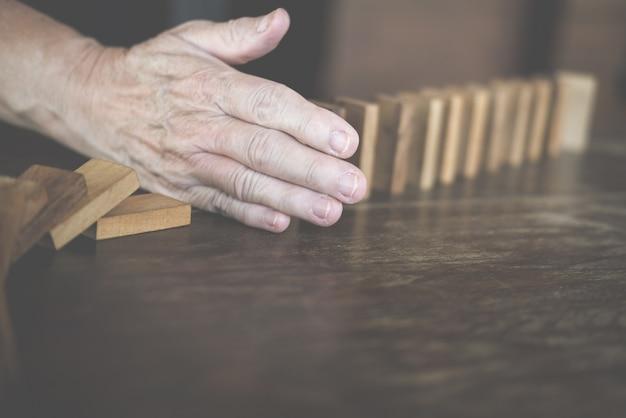 Hand-stop-effekt von domino kontinuierlich gestürzt.