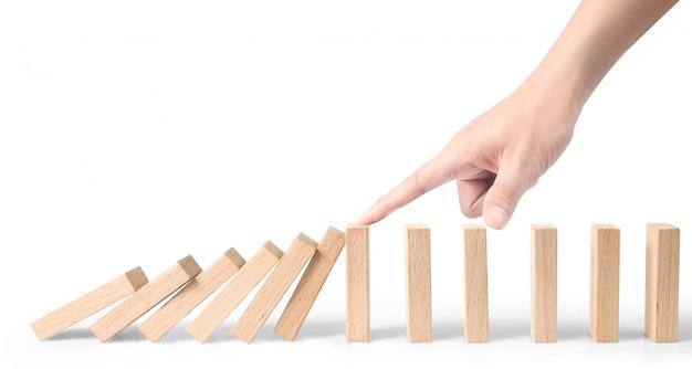 Hand stoppt den domino-effekt, gestoppt von unique