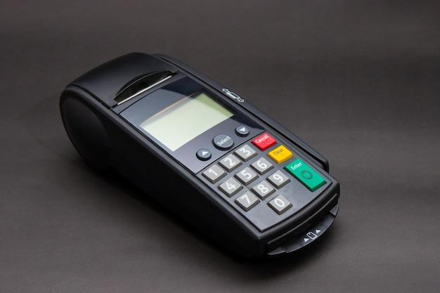 Hand swiping kreditkarte im speicher. weibliche hände mit kreditkarte und bank-terminal. farbe bild von einem pos und kreditkarten.